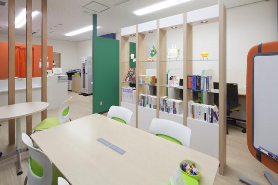 富山県高岡市にあるコワーキングスペース クルン高岡 B1勉強カフェ