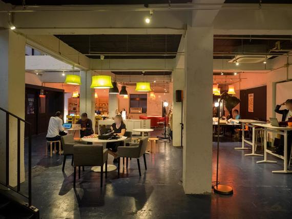 沖縄県沖縄市にあるコワーキングスペース STARTUP CAFE KOZA(スタートアップ カフェ コザ)
